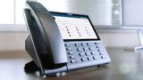 IP, analogové a digitální stolní telefony a softphone aplikace